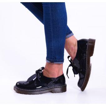 Czarne buty damskie wiązane z kokardą