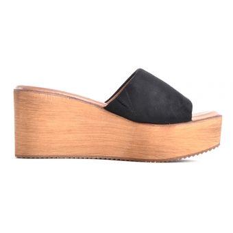 Czarne sandały na koturnie i platformie korkowej