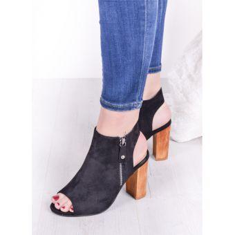 Czarne sandały na słupku z odkrytą piętą