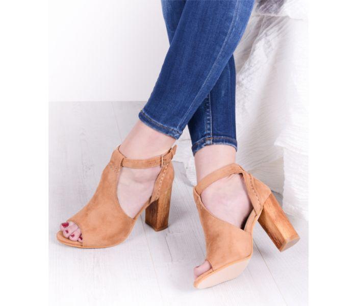 Eleganckie sandały na słupku drewnianym