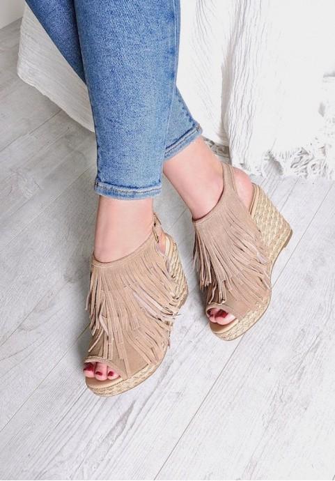 Sandały damskie z frędzlami na koturnie