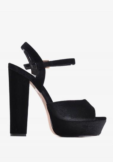 Czarne sandały na...
