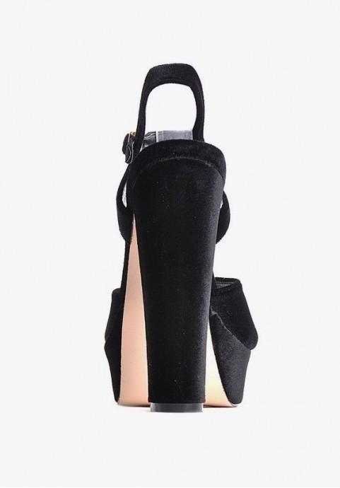 Czarne sandały na platformie i na słupku
