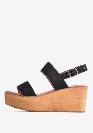 Czarne sandały na koturnie...