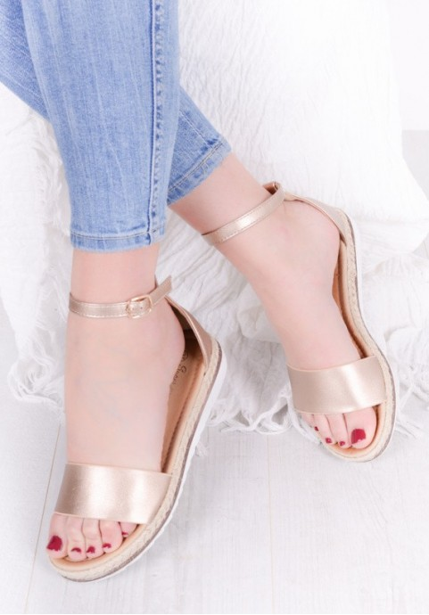 Złote sandałki damskie zapinane w kostce