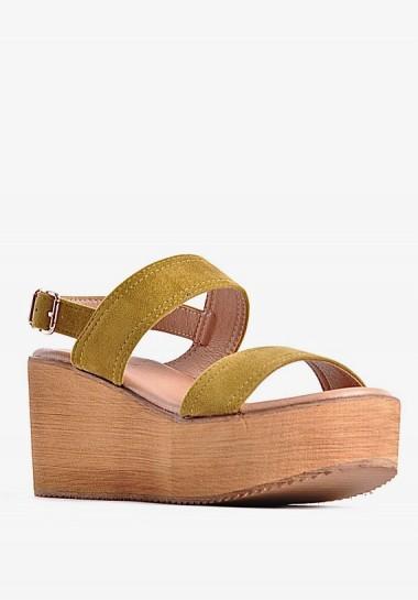 Sandały na koturnie żółte
