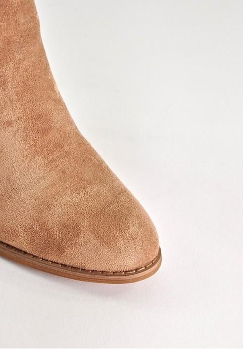 Beżowe botki w stylu kowbojskim
