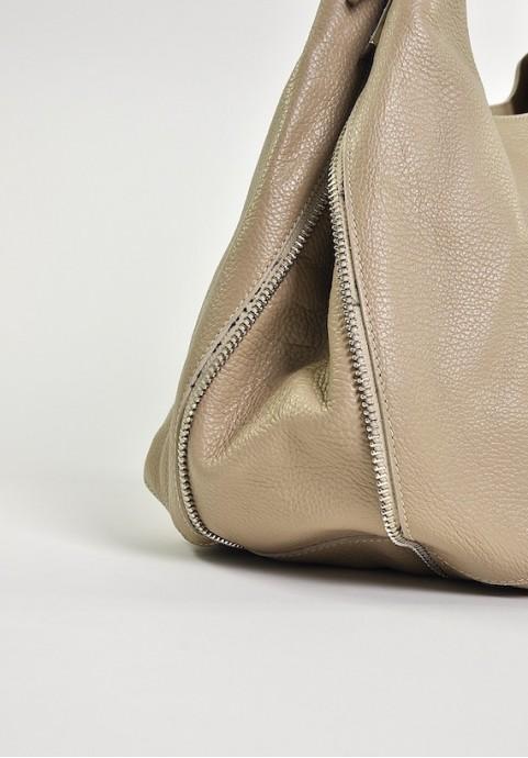 Beżowa torebka workowata ze skóry do ręki