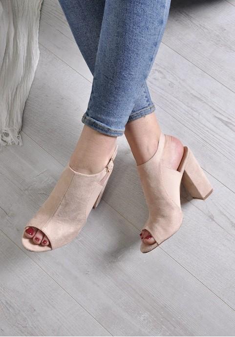 beżowe sandały na słupku