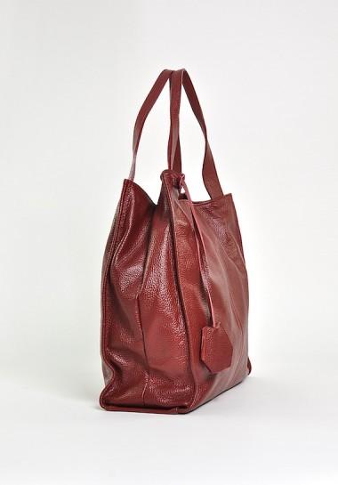 Czerwona torebka na ramię...