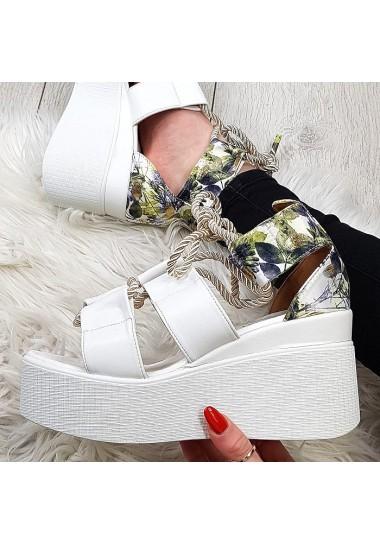 Przyciągające wiązane białe sandały