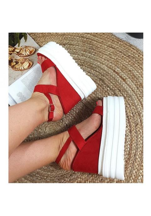 Zamszowe czerwone sandały na białej koturnie