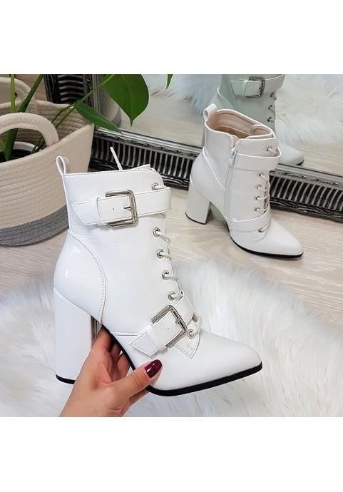 Białe lakierowane botki ze srebrnymi klamrami
