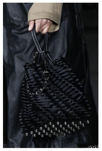 890ac9311bbce Jeśli nie jesteś przekonana do zdobień i mocnych kolorów, klasyczna czerń w  wykonaniu Alexandra Wang będzie idealnym uzupełnieniem Twojej stylizacji.