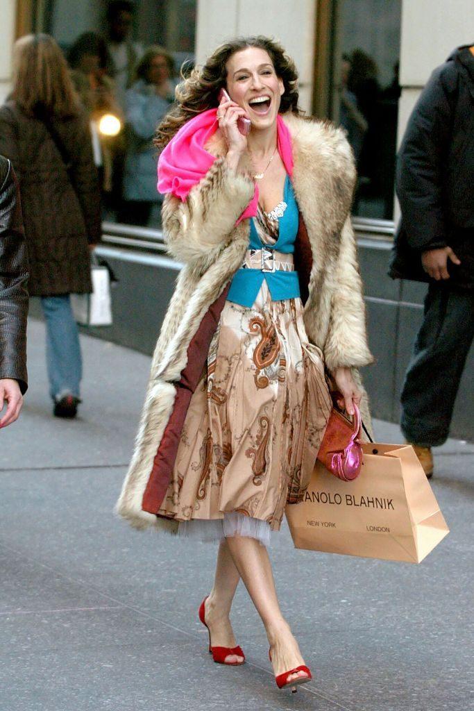 czerwone szpilki do futerka i kwiaciastej spódnicy z serialu Seks w wielkim mieście na nogach Carrie Bradshaw