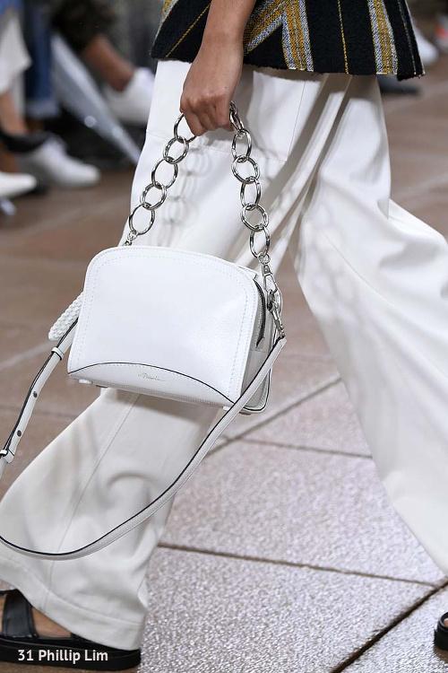 biała torebka damska na łańcuszku do białych spodni na pokazie mody 31 Phillip Lim