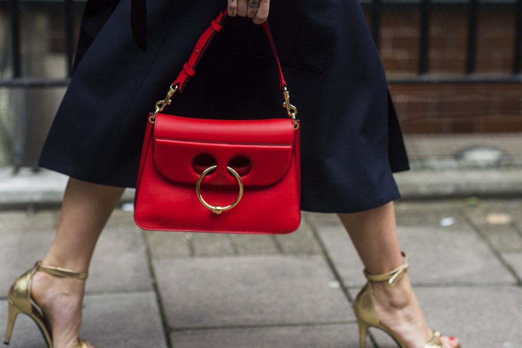 czerwona elegancka torebka skórzana do spódniczki i szpilek