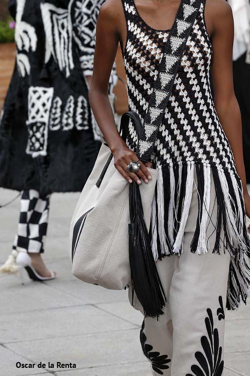 biało-czarna kreacja i białe torebki damskie na lato na pokazie Oscara de la Renta
