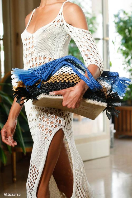 plecione torebki damskie niebiesko-beżowo-czarno-białe na pokazie mody Altuzarra