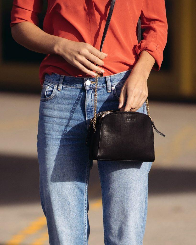 skórzane torebki damskie listonoszki w kolorze czarnym to klasyczny zestaw do jeansów i koszuli