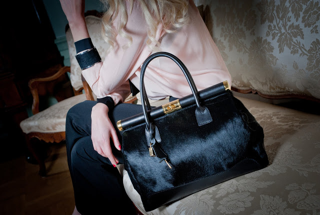 rodzaje torebek damskich a wśród nich elegancki czarny kuferek z włosiem