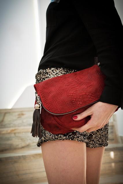 czerwona listonoszka damska do eleganckiego stroju