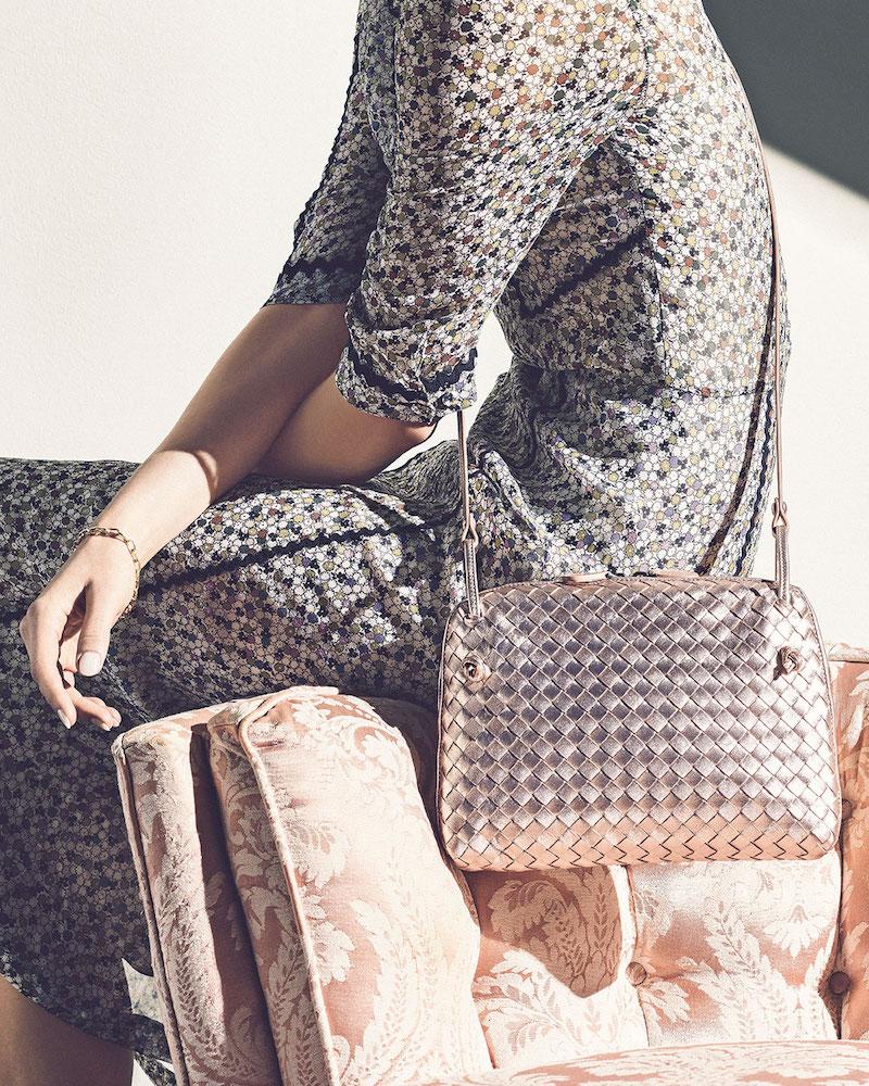 złota torebka damska na lato pleciona