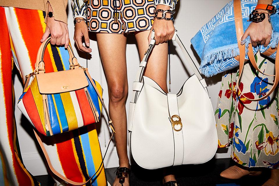 kolorowe torebki na lato, torebka w paski niebieskie, żółte i czerwone, biała torebka i torebka w kwiaty