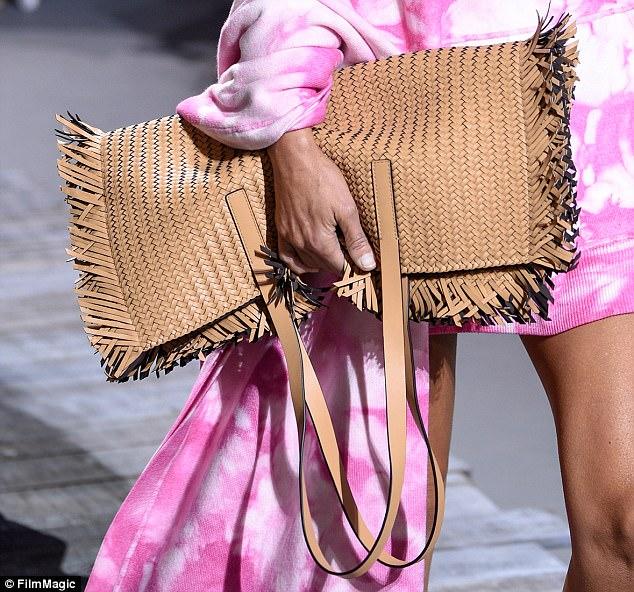 brązowa pleciona torebka na lato do różowej sukienki