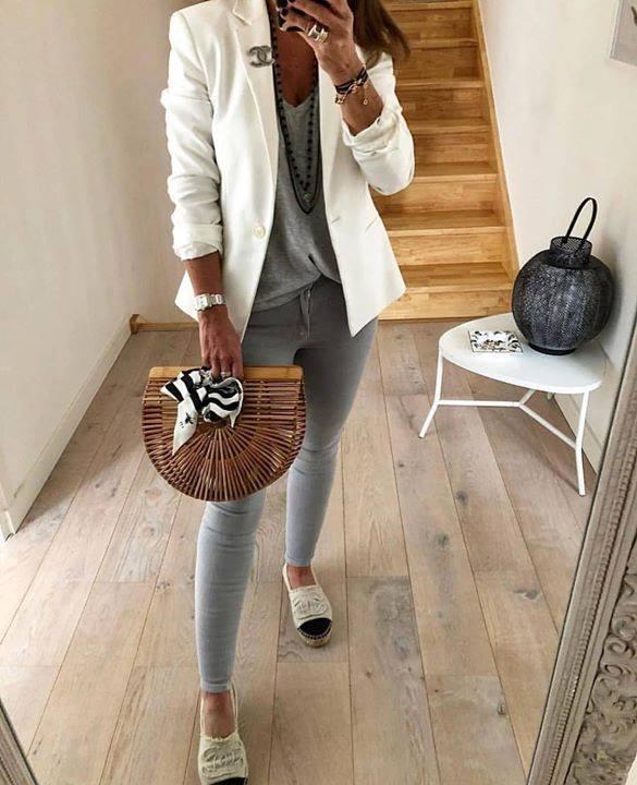 kobieta z wiklinowym koszykiem torebką i białą marynarką