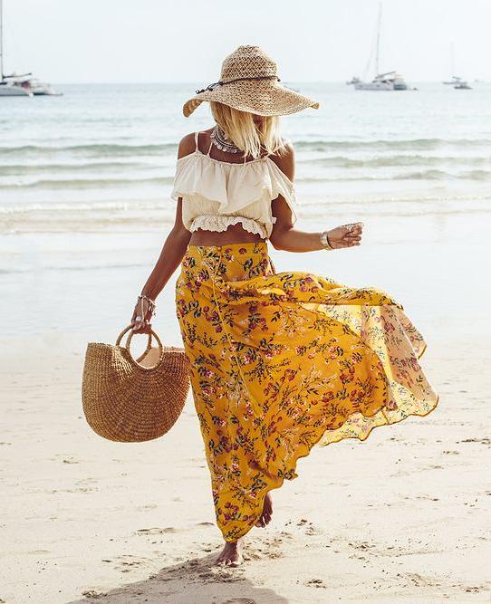 torba koszyk na plaży w ręku modnej kobiety w kapeluszu w stylu boho