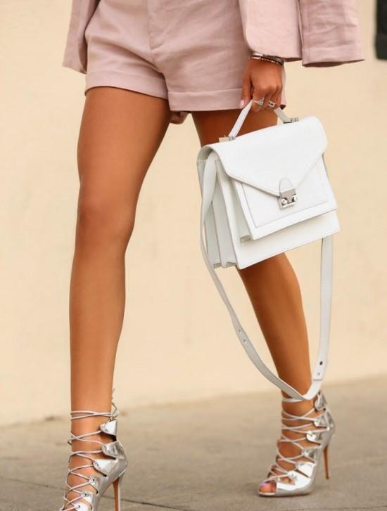 Biała torebka. Do czego ją założyć?