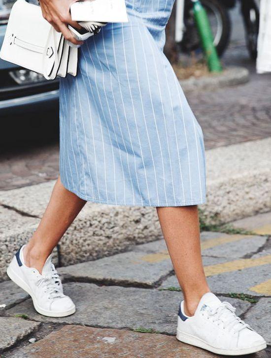 Sneakersy na koturnie czy zupełnie płaskie? Do czego nosić buty sportowe?